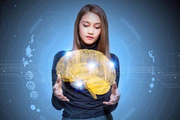 peligros-de-redes-sociales-ninos-y-jovenes-mujer-cerebro-virtual-en-mano
