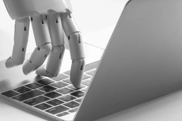 peligros-de-redes-sociales-ninos-y-jovenes-pirateria-mano-robotica