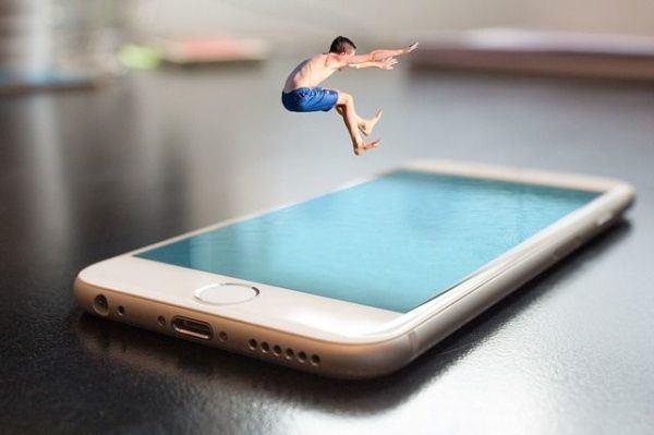 las-fundas-mas-originales-para-el-iphone-x-chico-saltando